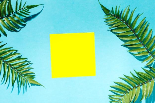 Rami di palma incorniciato autoadesivo su superficie colorata Foto Gratuite