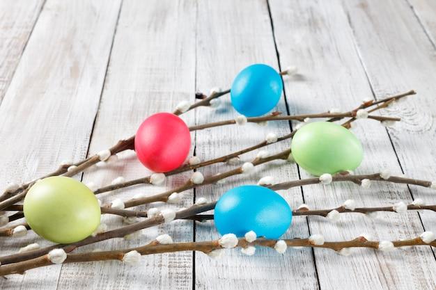 Rami di salice e uova di pasqua dipinte Foto Premium