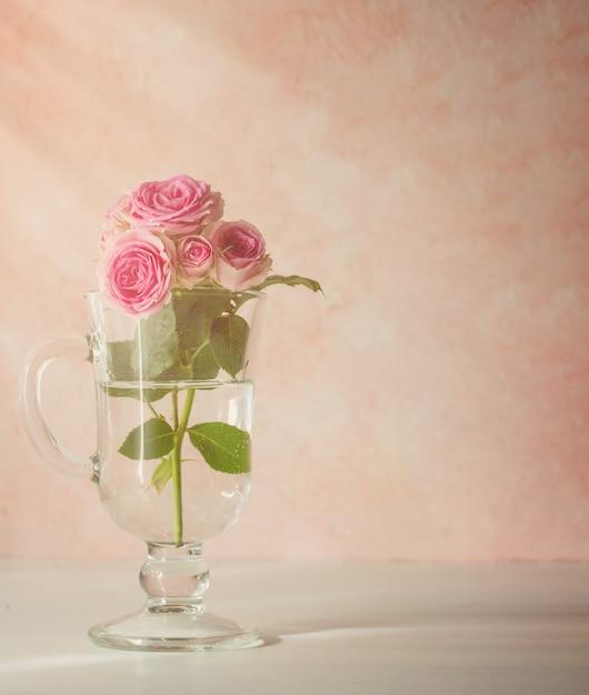 Ramo di rose in un bicchiere Foto Premium
