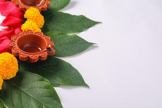Rangoli di fiori di calendula per diwali festival, decorazione floreale del festival indiano Foto Premium