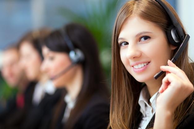 Rappresentante del cliente sorridente al lavoro Foto Premium
