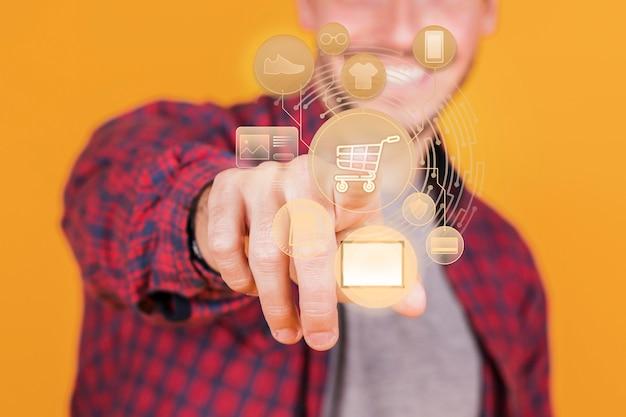 Rappresentazione dello shopping online con l'uomo di smiley Foto Gratuite