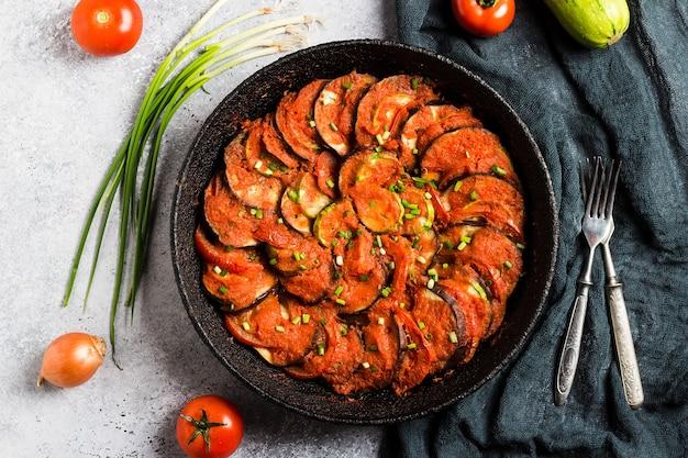 Ratatouille francese provence piatto di verdure zucchine peperoni melanzane Foto Gratuite