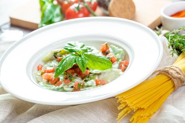 Ravioli di pasta verde ripieno Foto Premium