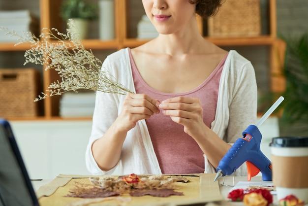 Realizzare opere d'arte con fiori appassiti Foto Gratuite