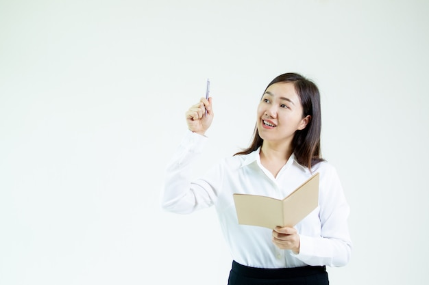 Recitazione di modello delle donne asiatiche nel concetto di idea di affari isolata sulla scena bianca. Foto Premium