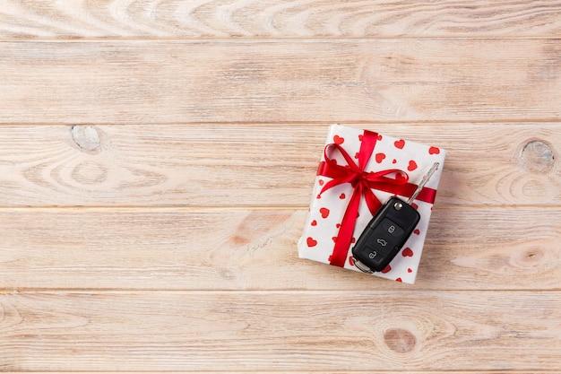 Regali avvolti con nastro e chiavi della macchina Foto Premium