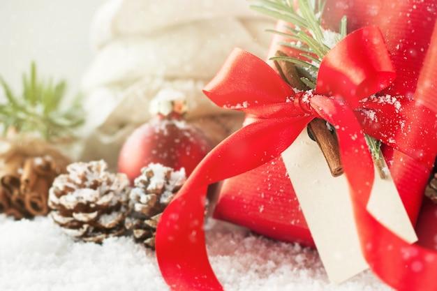 Regali Di Natale Eleganti.Regali Di Natale O Regali Con Le Decorazioni Eleganti Di Natale E Dell Arco Su Fondo Nevoso Luminoso Concetto Di Natale Foto Gratis