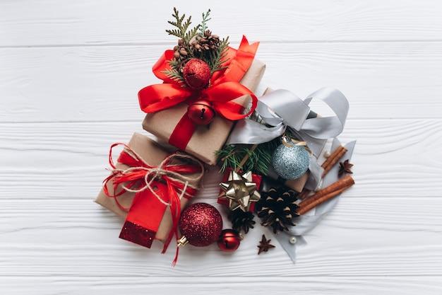 Regali Di Natale In Legno.Regali Di Natale Sullo Sfondo Bianco In Legno Scaricare Foto Premium