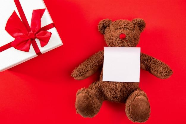Regali di nozze o di san valentino su fondo rosso Foto Premium