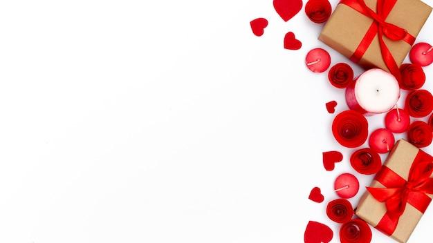 Regali di san valentino con candele e copia spazio Foto Gratuite