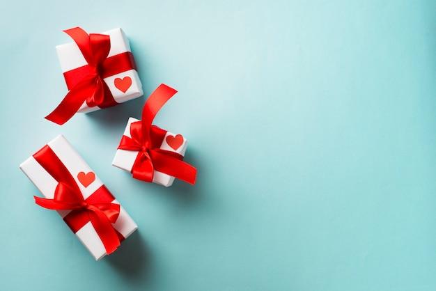 Regali di san valentino su sfondo blu Foto Gratuite