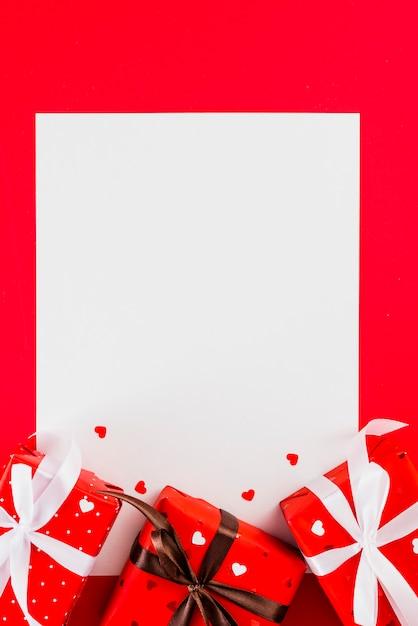Regali e cuori carini sul foglio di carta Foto Gratuite
