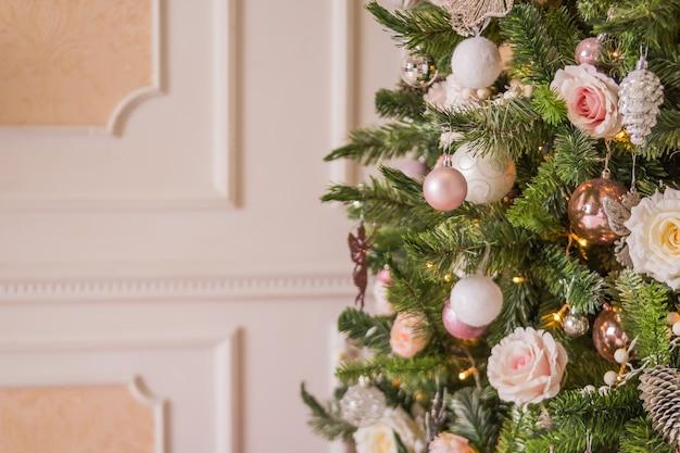 Regali natalizi natalizi con scatole e spago naturale, palline, pigne, noci, giocattoli dell'albero di abete Foto Premium