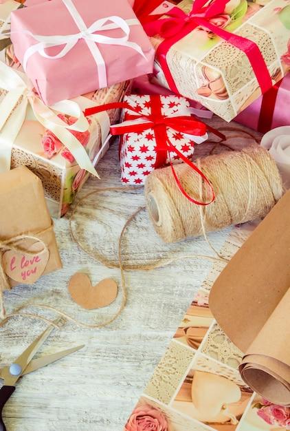 Regali per le vacanze in un bellissimo pacchetto. messa a fuoco selettiva Foto Premium