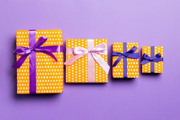 Regalo del biglietto di s. valentino nella vista superiore della decorazione di festa, copyspace Foto Premium