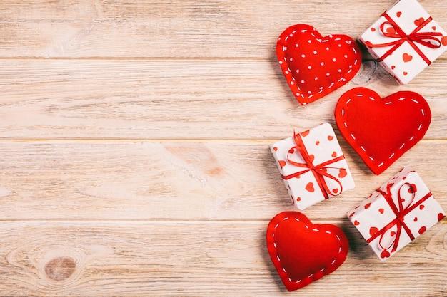 Regalo di san valentino in carta con cuori rossi e confezione regalo Foto Premium