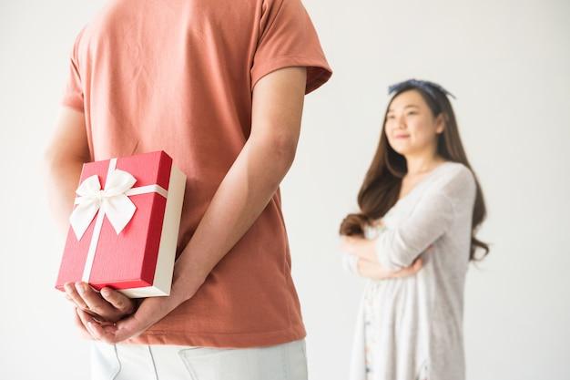 Regalo di san valentino suprise alla ragazza asiatica Foto Premium
