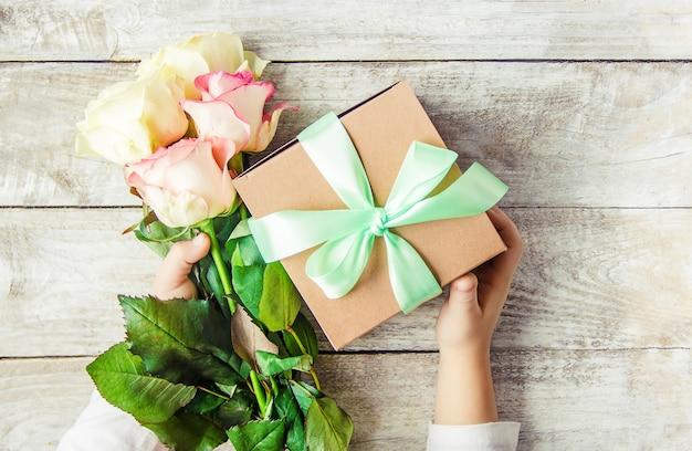 Regalo e fiori messa a fuoco selettiva. holideys ed eventi. Foto Premium