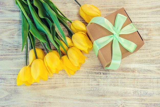 Regalo e fiori messa a fuoco selettiva. vacanze ed eventi. Foto Premium