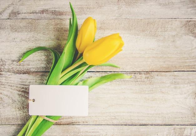 Regalo e fiori messa a fuoco selettiva. Foto Premium
