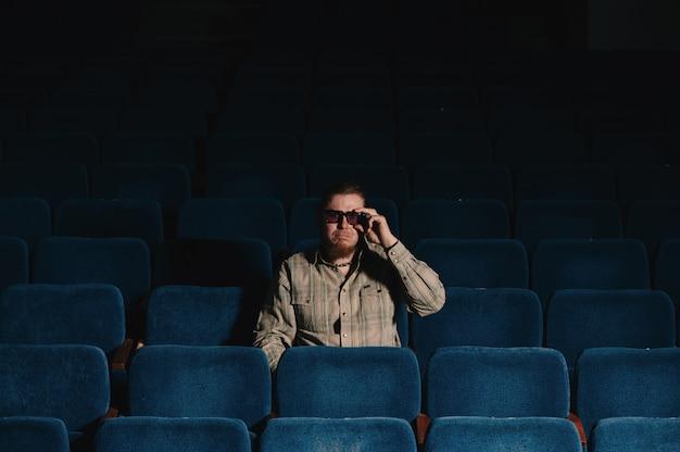 Regista di uno nella sala del teatro buio. ritratto di uomo creativo in chiave di basso. Foto Premium