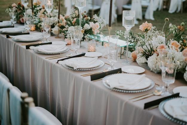 Regolazione della tabella decorata per una celebrazione di nozze Foto Gratuite