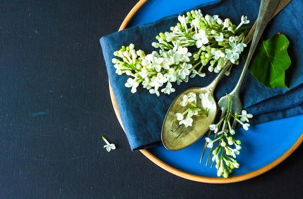 Regolazione della tabella di primavera con lilla bianco Foto Premium