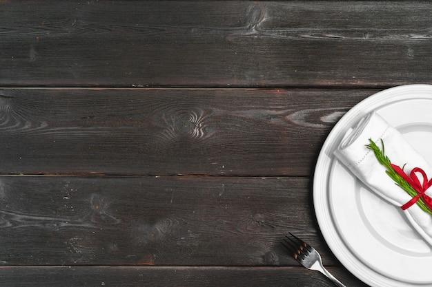 Regolazione elegante della tavola con la decorazione festiva su fondo di legno Foto Premium