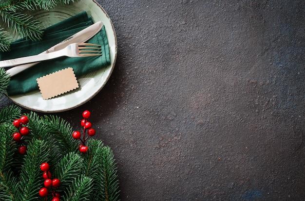 Regolazione festiva della tabella di natale con lo spazio della copia. Foto Premium