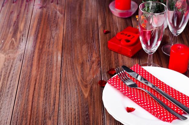 Regolazione romantica della tabella di san valentino della luce della candela Foto Premium