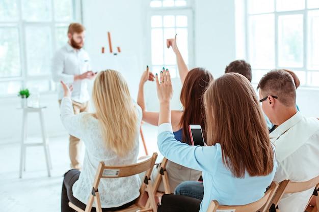Relatore alla riunione d'affari nella sala conferenze. Foto Gratuite