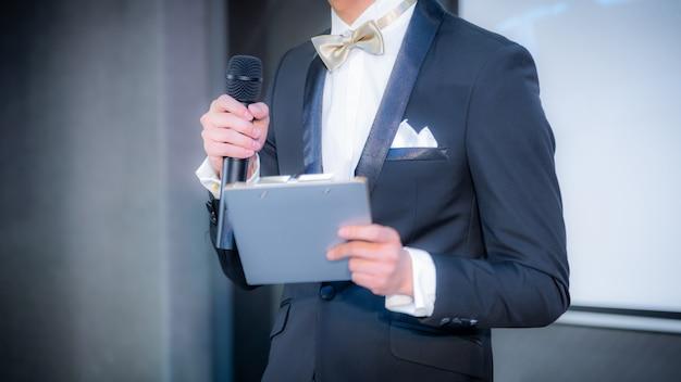 Relatore che tiene un discorso nella sala conferenze durante un evento aziendale Foto Premium