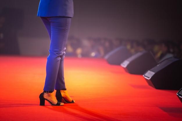 Relatore sul palco e parlare di affari nella sala seminari Foto Premium