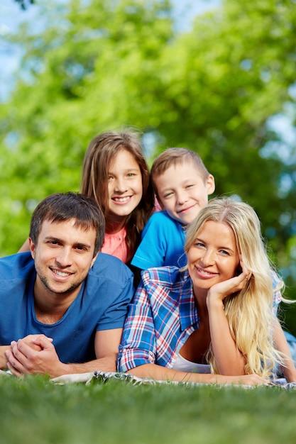 Relaxed famiglia di riposo Foto Gratuite