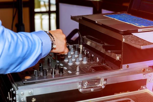 Remoto e mixer mani dj per la musica Foto Premium