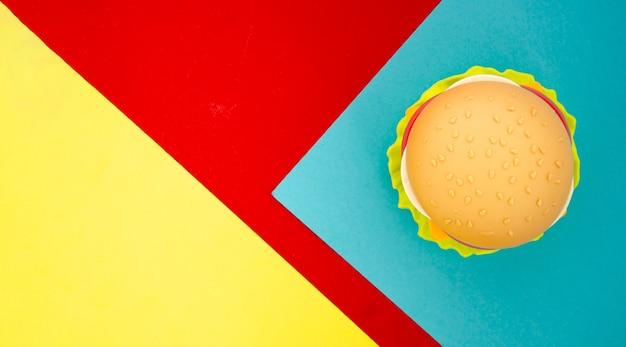 Replica di hamburger con spazio di copia Foto Gratuite