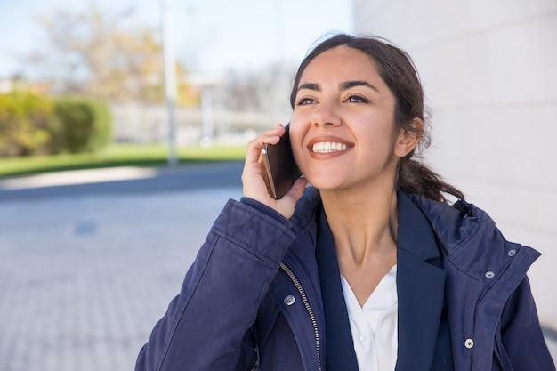 Responsabile allegro felice che ha conversazione piacevole del telefono Foto Gratuite
