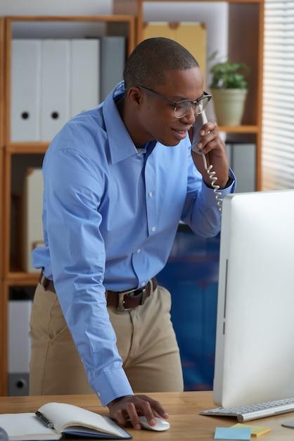 Responsabile vendite ambizioso che chiama un cliente al telefono Foto Gratuite