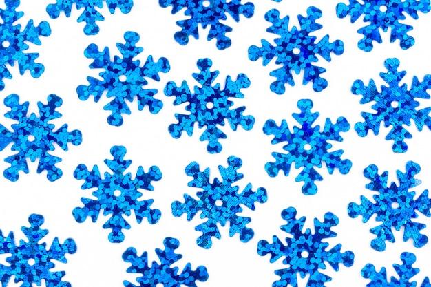 Reticolo con i fiocchi di neve blu decorativi su una priorità bassa bianca Foto Premium