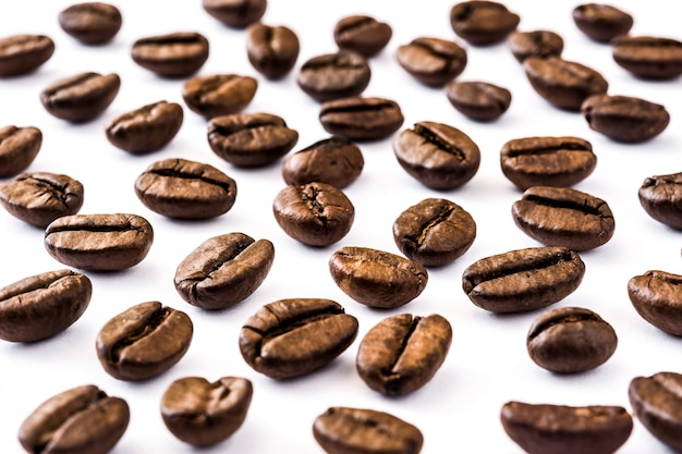 Reticolo dei chicchi di caffè su bianco Foto Premium