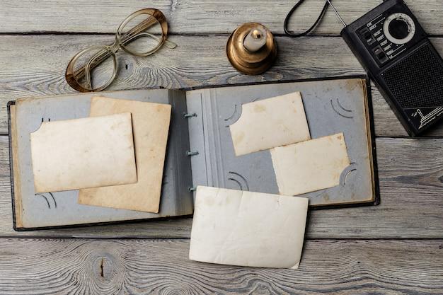 Retro alcune vecchie foto sul tavolo di legno Foto Premium