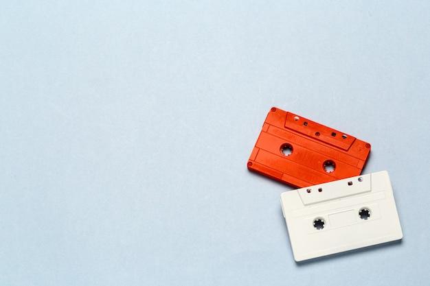 Retro cassette luminose su uno sfondo grigio chiaro Foto Premium