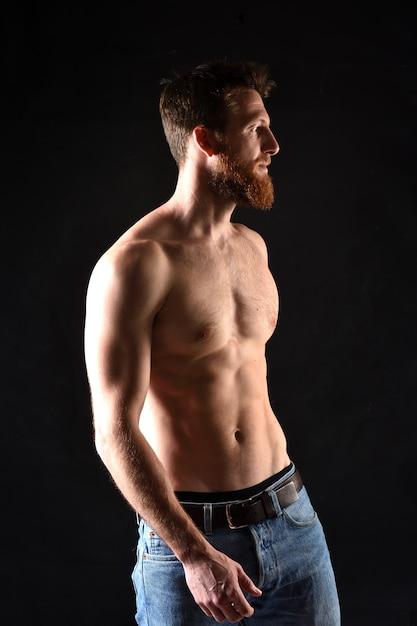 Retrò del hombre sin camisa y con el fondo negro. Foto Premium