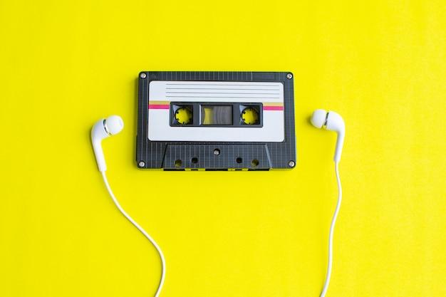 Retro della cassetta di nastro su giallo Foto Premium