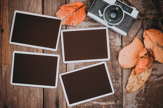 Retro macchina fotografica con cornice di carta fotografica Foto Premium