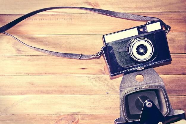 Retro macchina fotografica d'epoca su sfondo in legno. Foto Gratuite