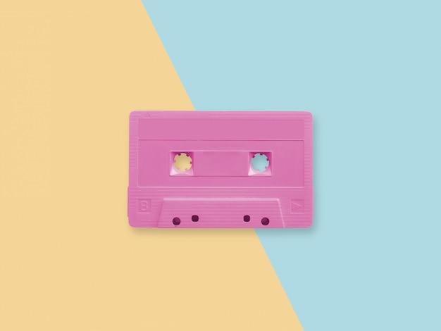 Retro nastro a cassetta rosa su una superficie a due tonalità pastello Foto Premium