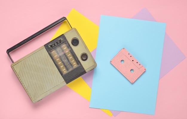 Retro ricevitore radio, cassetta audio su uno sfondo di carta colorata. minimalismo. vista dall'alto Foto Premium