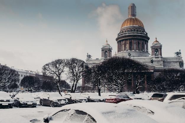 Retrovisione della cattedrale del `s di st isaac durante il tempo di inverno, coperta di neve Foto Premium